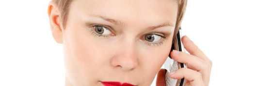 Verschrikte dame aan telefoon -uitsnede.jpg